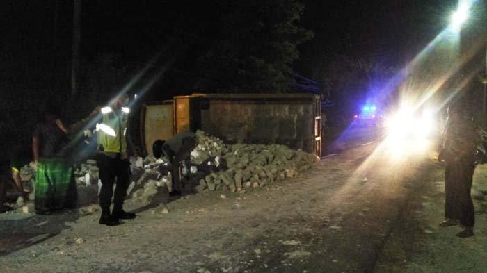 Diduga Sopir Mengantuk, Dump Truk Muatan Batu Bata di Sumenep Tabrak Sepeda Motor, Satu Orang Tewas