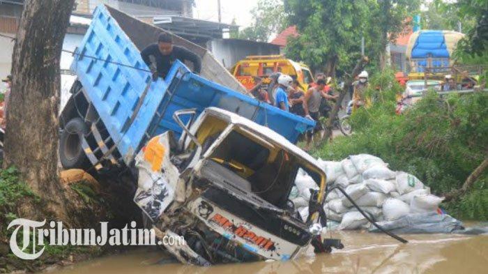 Hindari Motor yang Terjatuh, Dump Truk di Ponorogo Tabrak Pohon hingga Terjebur ke Sungai