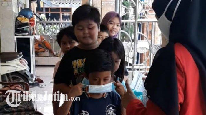 Ajak Anak-anak Desa Penanjan Disiplin Prokes dengan Benar, Vivin Mahasiswi Untag Bagikan Masker