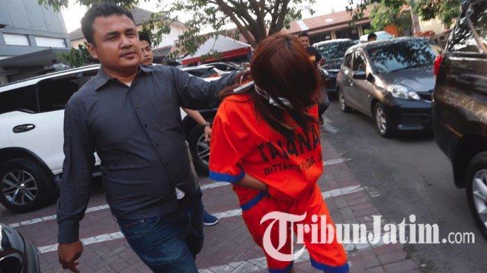 Endang (37), tersangka prostitusi artis dibawa ke Gedung Subdit B Siber Ditreskrimsus Polda Jatim, Rabu (9/1/2019).