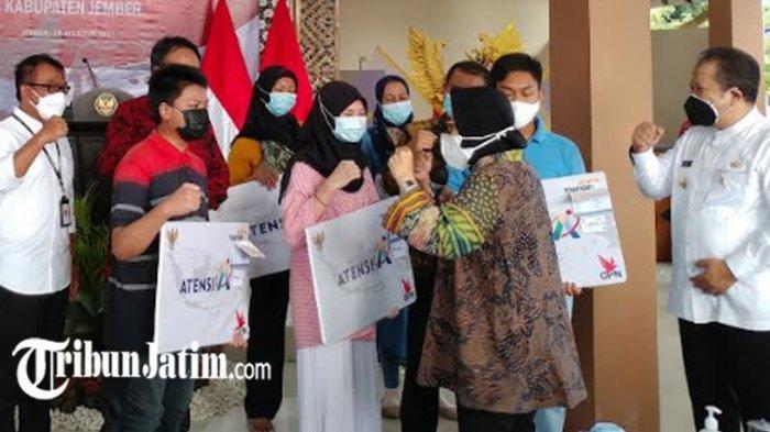 Mensos Risma ke Jember, Beri Peringatan Bank Penyalur Bansos hingga Semangati Anak Korban Covid-19