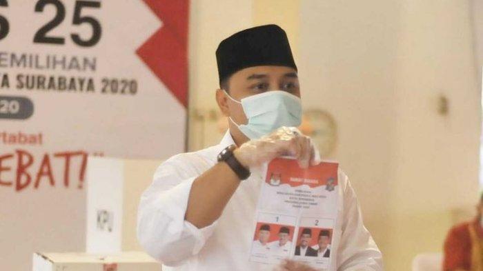 Calon Wali Kota Surabaya Nomor Urut 1 Eri Cahyadi saat mencoblos. Simak update hasil quick count Pilkada Surabaya.