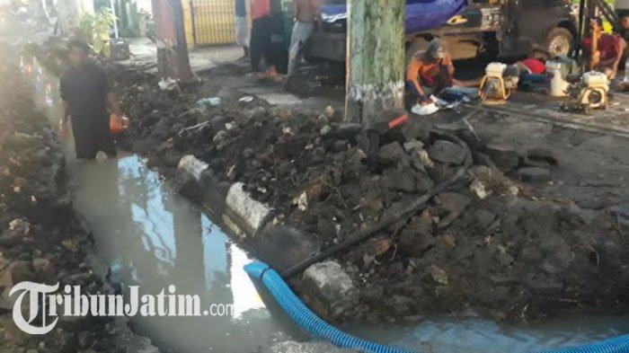 Pipa PDAM Berusia 39 Tahun di Jalan Panglima Sudirman Gresik Bocor