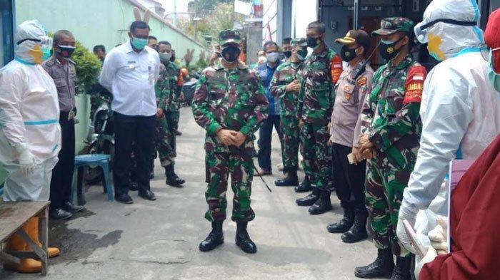 Komandan Kodim 0809 Kediri Pimpin Penjemputan Pasien Isoman Covid-19 ke Tempat Isolasi Terpusat