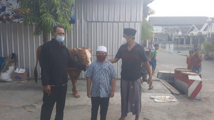 Bupati Gresik Beri Seekor Sapi untuk Fakhrur Bocah Yatim Piatu karena Covid-19