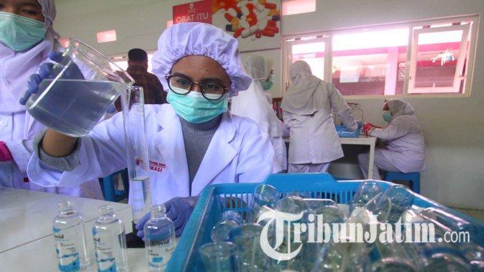 Farmasi di SMK Prajnaparamita Kota Malang bikin hand sanitizer lokal