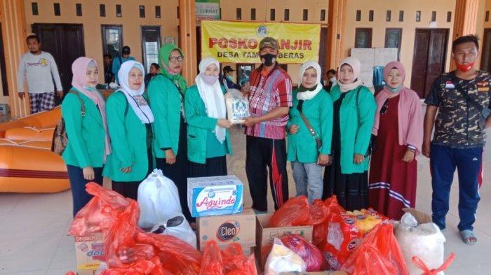 Peduli ke Korban Banjir Kali Lamong, Fatayat NU Gresik Salurkan Sembako