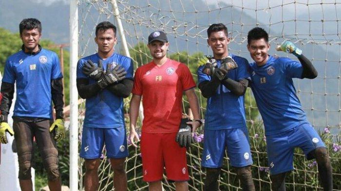 Kompetisi Mandek, Pelatih Kiper Arema FC Ini Masih Aktif Melatih Kiper di Rumahnya: Sedia Berlatih