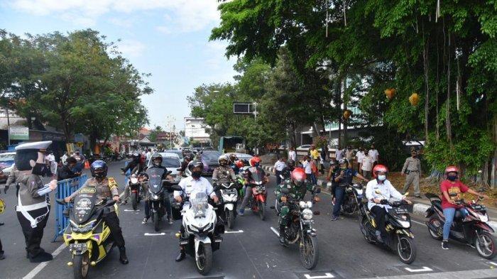 Terapkan Physical Distancing di Jalan, Polisi Lamongan Bikin Marka Jalan Berjarak ala 'MotoGP'