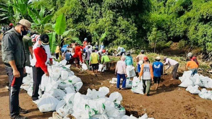 Harap Nganjuk Tak Banjir Lagi, Warga Bersama Pemerintah Desa Perbaiki Sungai Kuncir yang Ambrol