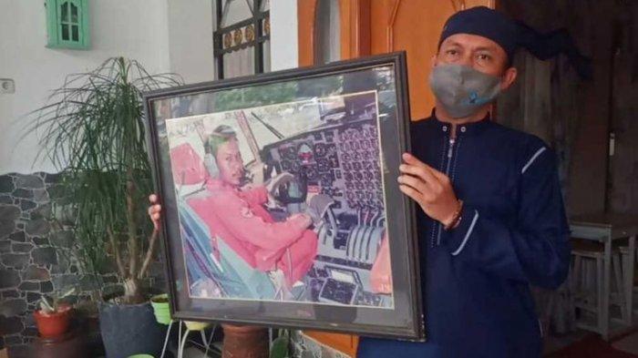 Foto Captain Afwan, pilot Sriwijaya Air SJ 182 semasa muda dibawa keluarga.