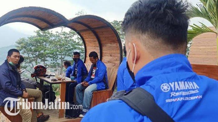 Para peserta gelaran Fun Touring Generasi 125 yang terdiri dari jurnalis dan blogger bidang otomotif di Surabaya tengah berkuliner sambil menikmati suasana alam di Cafe GartenHutte , Trawas-Mojokerto, Sabtu (31/10/2020).