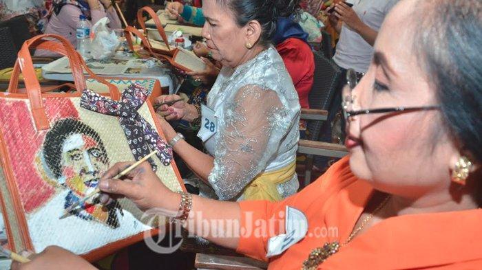 Rayakan Kartini, Gabungan Organisasi Wanita Surabaya Ramai-ramai Melukis di Atas Tas Tikar