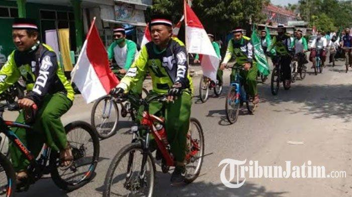 NEWS VIDEO -  GP Ansor Ponorogo 'Gowes Sarungan' Ziarah Makam Leluhur, Sambut HUT RI ke 75