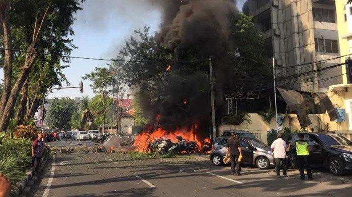 Kobaran api diduga dari bom bunuh diri di depan GKI Jl Diponegoro, Kota Surabaya, Minggu (13/5/2018).