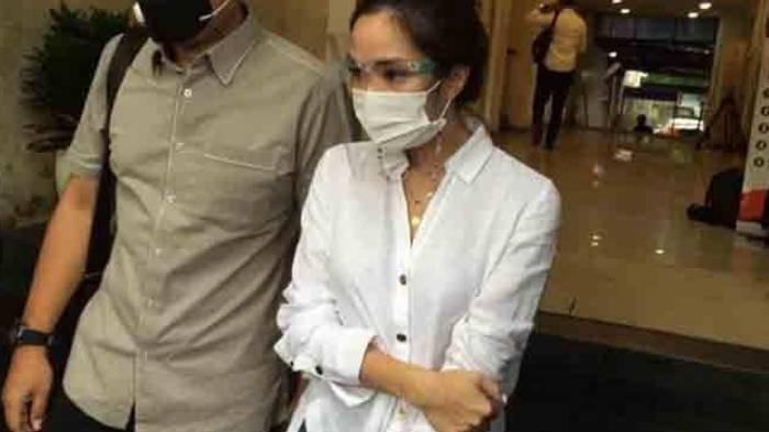 Gisella Anastasia alias Gisel seusai menjalani wajib lapor di Polda Metro Jaya, Senin (18/1/2021).
