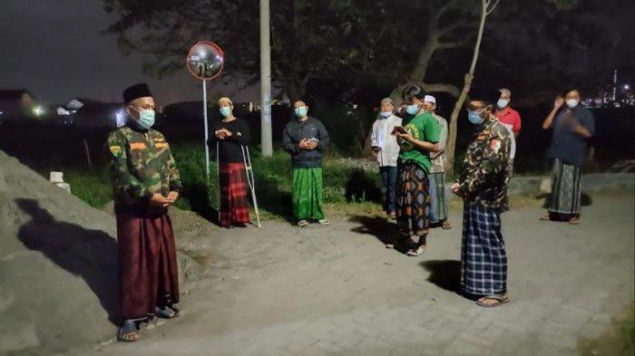Upaya Tangkal Penyebaran Covid-19, GP Ansor Kebomas Gresik Baca Sholawat Burdah Keliling Kampung
