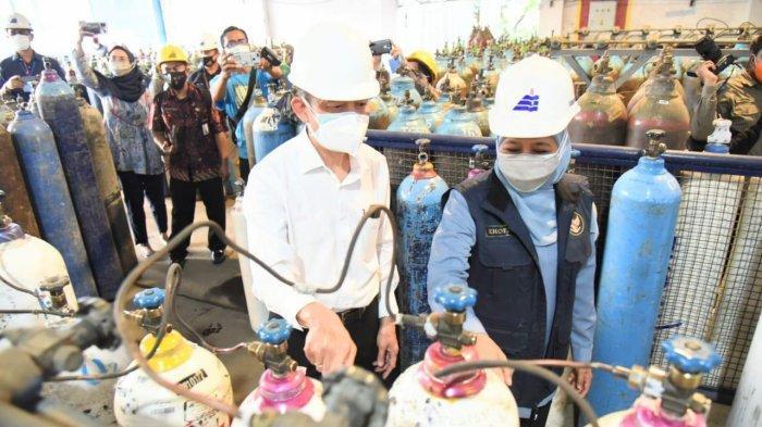 Cek Pabrik Lihat Stok Oksigen Medis Aman, Khofifah Minta Pangdam dan Kapolda Jatim Kawal Distribusi