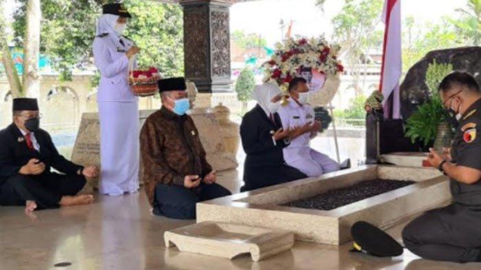 Jelang HUT ke-76 Provinsi Jatim, Gubernur Khofifah Ziarah ke Makam Bung Karno Kota Blitar