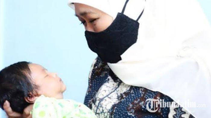 Gubernur Khofifah Terenyuh Saat Gendong Bayi Berusia 18 Hari, Putra Prajurit KRI Nanggala-402