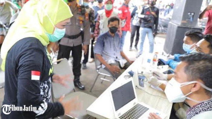 Gubernur Khofifah Tinjau Vaksinasi di Pasar Baru Tuban, Pastikan Pedagang Terlindungi dari Covid-19