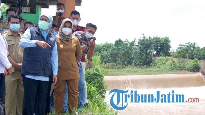 Gubernur Jatim Khofifah dan Ning Ita Tinjau Tanggul Sungai Brangkal Mojokerto yang Ambrol