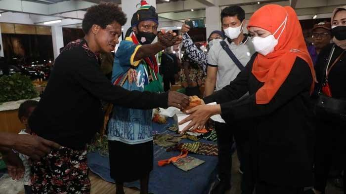 Gubernur Khofifah Berbagi Lapis Surabaya Bersama Mama-mama Papua, Borong Noken dan Sarang Semut
