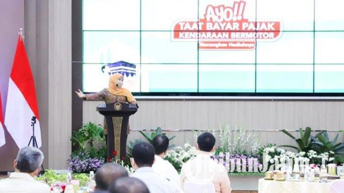 Gubernur Khofifah Beri Hadiah Tabungan Umrah untuk 10 Wajib Pajak yang Taat Bayar PKB saat Pandemi