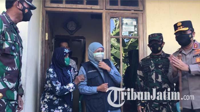 Bagikan Sembako ke Warga Jombang, Gubernur Khofifah Dapat Bonus Pijat dari Mbah Tuminah