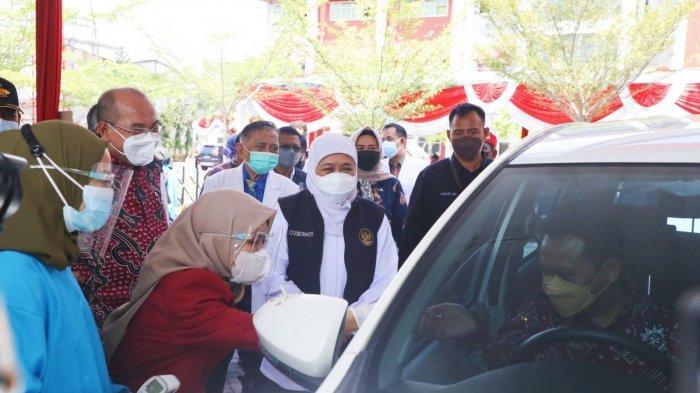 Khofifah Ingin Vaksinasi Drive Thru Universitas Muhammadiyah Surabaya Direplika di Tempat Lain