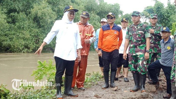 Khofifah Tinjau Tanggul Jebol di Sungai Jeroan Madiun, Minta BBWS Sediakan Sandbag Dalam Dua Jam