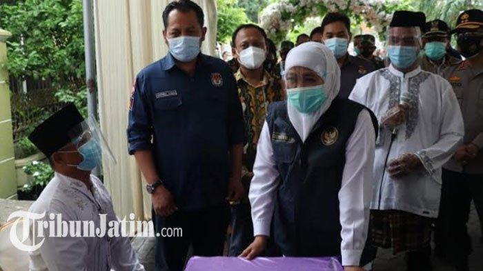 Tinjau TPS di Desa Dahanrejo Gresik, Gubernur Khofifah Pastikan Petugas KPPS Nonreaktif Covid-19
