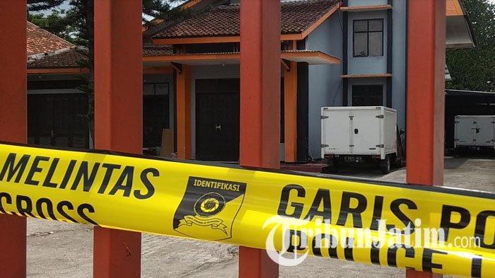 Gudang Distributor Obat Ayam di Blitar Digerebek Polisi Surabaya, Pasang Garis Polisi di Pagar Rumah
