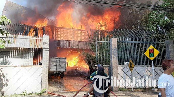 BREAKING NEWS : Diduga Korsleting Listrik, Gudang Konveksi di Gresik Ludes Dilalap Api