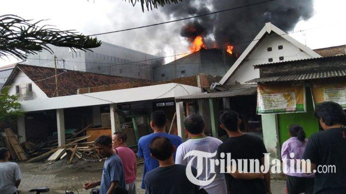 Gudang Mainan di Jombang Ludes Terbakar, Sempat Muncul Suara Ledakan, 3 PMK Berjuang Padamkan Api