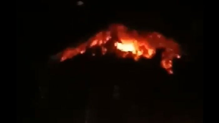 Foto dan Video Erupsi Gunung Agung di Bali, Cahaya Memancar di Kegelapan Malam, Warga Dievakuasi