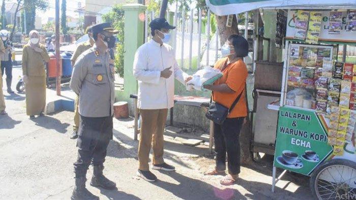 Gus Ipul Bagikan Bantuan Beras kepada PKL hingga Tukang Becak di Kota Pasuruan