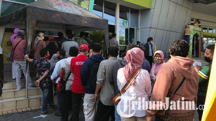 NEWS VIDEO: Suasana Hari Kedua Layanan Urus SIM Dibuka, Warga Surabaya Padati Halaman Jatim Expo