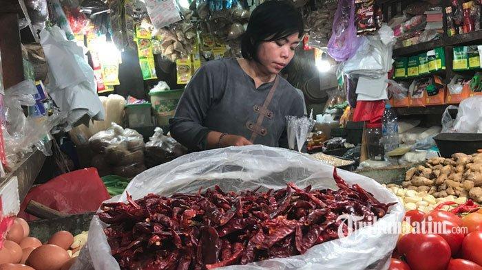 Harga Cabai Merah Rp 60 Ribu Per Kg, Pembeli Pilih Cabai Kering Biar Dapat Banyak dan Lebih Murah