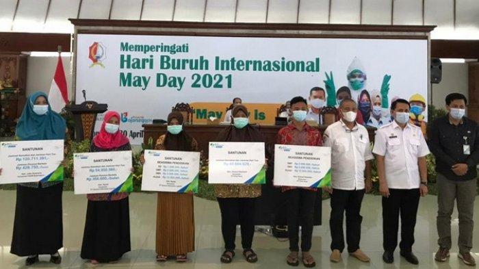 Peringati Hari Buruh, BPJS Ketenagakerjaan Bojonegoro Serahkan Santunan Jaminan Sosial