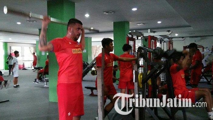 Mulai Rindu Berat dengan Sepak Bola, Ini yang Dilakukan Bek Arema FC