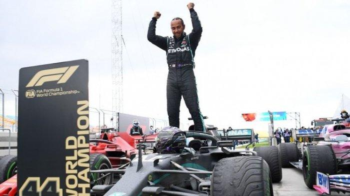 F1 GP Inggris 2021 - Menang Dramatis, Lewis Hamilton Angkat Trofi di 'Rumah Sendiri'