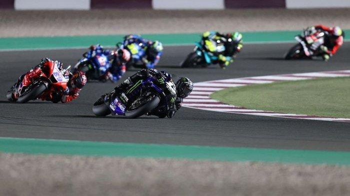 Pembalap Monster Energy Yamaha, Maverick Vinales (depan) pada balapan MotoGP Qatar 2021 di Losail International Circuit, di kota Lusail, pada 28 Maret 2021.