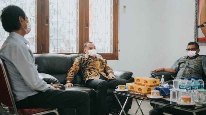 Momen Hasto Kristiyanto Sambangi Kantor PDIP Surabaya, Sempatkan Berdiskusi dan Santap Jajanan Pasar