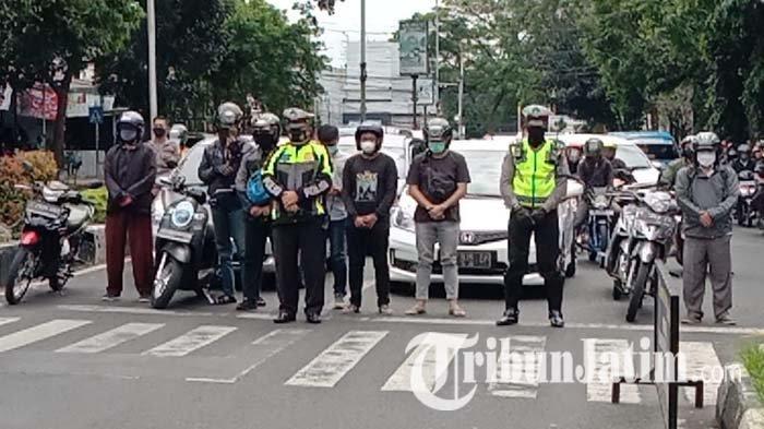 Tepat Pukul 10.07 WIB, Polisi Ajak Pengguna Jalan di Kota Malang Mengheningkan Cipta