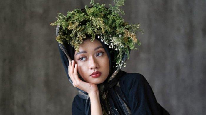 Inspirasi Styling High Fashion Yenni Yonas Dkk, Rias Wajah Natural dengan Aplikasi Warna Coklat Bata
