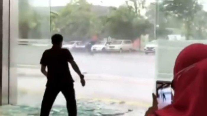 Hujan Disertai Angin Kencang Hempaskan Pintu Kaca di Icon Mal Gresik
