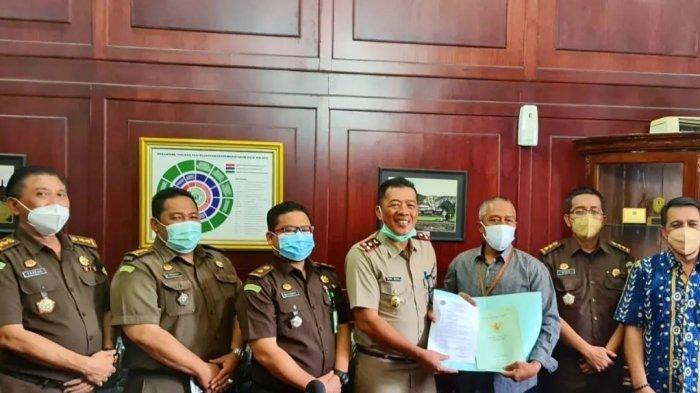Kejari Kota Malang Serahkan Sertifikat Hasil Penyelamatan Aset Pemkot Malang Senilai Rp 11,23 Miliar