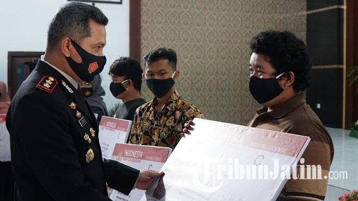 HUT ke-74 Bhayangkara, Polres Blitar Kota Berikan SIM Gratis untuk 20 Pemohon Yang Lahir 1 Juli
