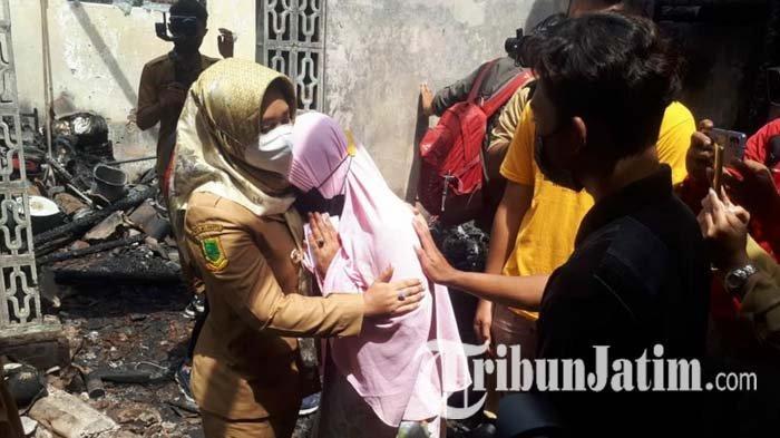 Korban Kebakaran di Mojokerto Menangis Haru Saat Wali Kota Ning Ita Kunjungi Rumahnya & Beri Bantuan
